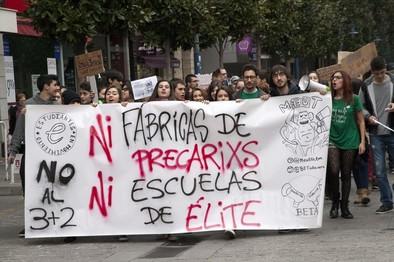 Un centenar de universitarios sale a la calle para protestar ante el Real Decreto 3+2