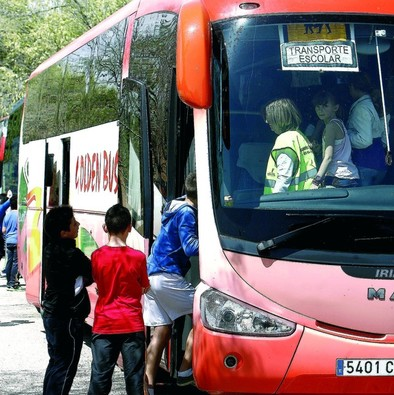 Los niños de casi mil pueblos compartirán el autobús con  los adultos para ir a la escuela