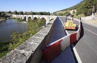 Cabezón levantará dos muros de micropilotes para salvar los daños del puente medieval
