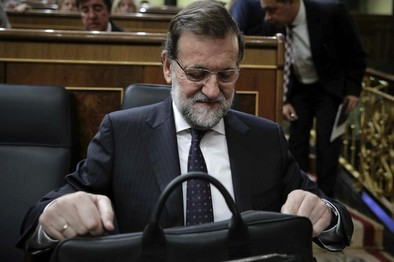 Rajoy acusa la presión interna y anuncia que hará cambios en el PP