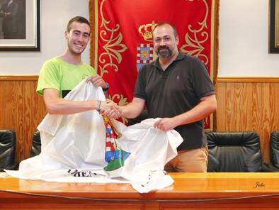 Álvaro Garrido, campeón en el Europeo de Maratón de Piragüismo, homenajeado en Candeleda