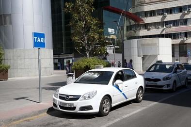Los taxistas reclaman marquesinas en la avenida de Toledo y el Hospital