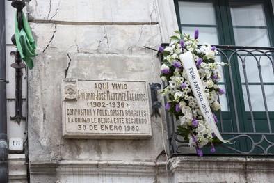 Una placa recuerda el lugar donde vivió, en la calle Sombrerería.