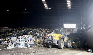 El plástico genera cada jornada montañas de basura en el Ecoparque de Cortes.
