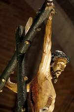 Por segundo año consecutivo la emblemática procesión del Vía Crucis tuvo que celebrarse en el interior de la catedral abulense.