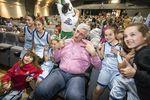 Fernando Romay hizo las delicias de sus pequeñas fans en el sorteo de la Liga Junior