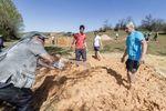 Haciendo adobe para el montaje final de las cabañas del proyecto paleolítico