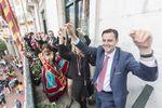 El homenaje a la jota burgalesa puso a bailar a todo el mundo en el balcón del Ayuntamiento. En primer plano, el portavoz socialista Daniel de la Rosa.