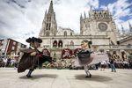 Tradicional baile de los Gigantillos frente a la fachada de la Catedral al terminar la ofrenda floral.