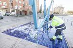 Retirando el hielo en la fuente del Parque Félix Rodríguez de la Fuente