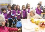Los niños y los mayores comparten tiempo en el colegio Virgen de la Rosa