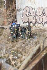 Agentes del Seprona, junto a policía local y bomberos, toman muestras en la antigua fábrica de Mifer a raiz de la polémica suscitrada por los vecinos sobre su salubridad
