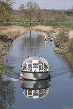 El San Carlos de Abánades vuelva asurcar el Canal de Castilla tras su reparación