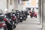 El Ayuntamiento de Burgos regulará los aparcamiento de motos en las aceras y creará más plazas de estacionamiento para estos vehículos junto a los coches.