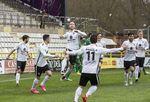 Odei salta y sus compañeros sonríen. El central consiguió de cabeza el 1-0 que iniciaba la victoria del Burgos CF ante el Racing de Ferrol.