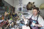 Julián Burgos es el único taxidermista homologado de la provincia. Junto a su hija, Miriam, mantiene una artesanía que sobrevive gracias a la pasión y el dinero de los amantes de la caza.