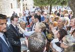 Un grupo de entusiastas, mayoritariamente femenino, esperó a Mariano Rajoy a la entrada a la Casa del Cordón para fotografiarse con él e incluso besarle antes de su participación en las Jornadas sobre industria organizadas por UGT.