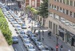 Medio centenar de taxistas piden una regulación de la actividad de las plataformas colaborativas tipo Uber o Cabify.