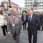 El presidente de la Junta, Juan Vicente Herrera, recibe a José Luis Herrero, presidente del Banco de Alimentos de Burgos, antes de inaugurar el XXII Congreso Nacional.
