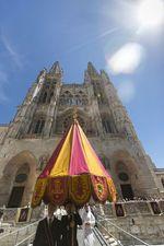 La Procesión del Corpus Christi de Burgos recupera una gran sombrilla bordada de 1921.