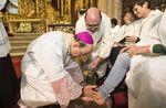 Tradicional ceremonial del lavado de los piés por parte del arzobispo