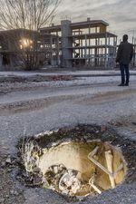 La urbanización de Fadesa en Buniel presenta un profundo abandono lo que genera zonas de peligro para los paseantes.
