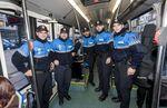 Cinco policías locales y una enfermera salvaron la vida a un hombre de 83 años que sufrió un infarto cuando viajaba en un autobús urbano.
