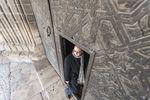 El párroco de La Real y Antigua de Gamonal, Domiciano Arranz, alerta del mal estado de conservación de la puerta mudéjar de la iglesia y de la suciedad del interior del templo.