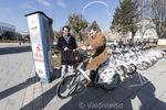 Lacalle, sobre una de las bicicletas de BiciBur. El alcalde y Jorge Berzosa presentaron mejoras en el servicio de préstamo de estos vehículos de dos ruedas.