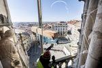 El relojero Antonio Cano sube con una grúa vigas y material para las campanas de la Catedral.