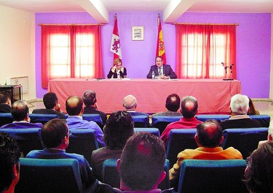 Salgueiro y Fernández-Mardomingo explicaron el planteamiento del nuevo modelo territorial a los alcaldes reunidos. DB