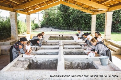 Con esta estampa en el lavadero restaurado las vecinas de Villalobón han querido rememorar la dura faena de la colada y rendir tributo de memoria a madres y abuelas.