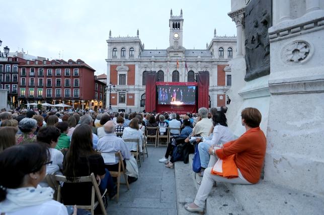 Retransmisión en directo de Otello a través de una pantalla gigante en la plaza Mayor
