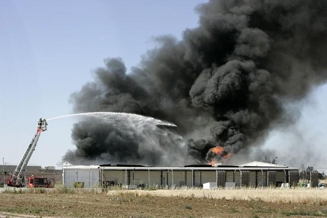 Activado el Plan de Emergencias al arder una nave con material tóxico
