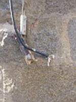 En la calle Marcelino Santiago se encuentra, como se puede apreciar en las fotografías, un cable con corriente. Hace mucho tiempo al realizar las obras de rehabilitación del palacio de los Superunda (conocido por el Palacio de los Caprotti) soltaron el tensor que sujetaba el cable y quedo en esta posición. Si pasa alguien y lo toca le puede dar una descarga eléctrica.