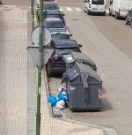 Ya van dos fines de semana que el domingo no se recoge la basura en San Juan de Ortega esquina con la calle Real