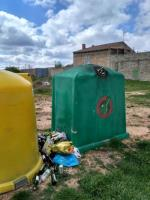 Este es el estado actual del contenedor de vidrio en la localidad de Modubar de San Cibrián tras mas de un mes sin pasarse a su recogida. No es nada nuevo, ocurre por tercera vez en el último medio año. Para mas inri es la primera imagen que ven los peregrinos del
