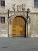 ¿Es posible hacerlo peor?  Supongo que alquien realizó una pintada que era necesario borrar, pero la puerta del Monasterio de las Bernardas no merece otra pintada sobre la anterior.  Seguro que en Burgos hay muchos pintores dispuestos a arreglar el desaguisado.  Y sería bueno cobrar el coste al responsable del remiendo.