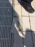 Un perfecto dia soleado en las piscinas, se convirtió en una baja laboral de 10 dias. Al pisar esa baldosa, te cortas el pie, te trasladan en ambulancia al HUBU, porque hay un déficit tercermundista en la enfermeria de las instalaciones, te ponen puntos y te espera una buena baja laboral y el sufrimiento de no poder ir a ningun lado sin muletas.