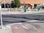 Han pasado unos meses desde que asfaltaron la calle San Roque y ahí sigue, la mitad de la calle sin pintar, con el consiguiente peligro para peatones y vehículos...¿se habrá quedado la empresa sin pintura?. No esperemos a que haya una desgracia, por favor.(Paso de cebra rotonda del Alcampo)