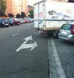 Calle Pedro Alfaro, a media tarde. Un coche ocupando el carril izquierdo, con sitio para aparcar a un paso.  Diez metros  mas allá, una camioneta