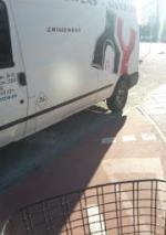 Imagen muy común en carretera poza, asi no se puede usar el carril correctamente, que verguenza.