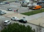 Los coches aparcan donde les sale del moño, porque no hay ningún policía para evitar accidentes. Desastre