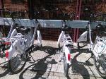 Así estaban dos bicicletas de las 100 Recién estrenadas a mediados de abril en la bancada de la Avda Castilla y León (Junta).
