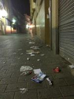 Acumulación de residuos y desechos en la calle marzo. Los servicios de limpieza debieran intensificar su actividad en esta calle.