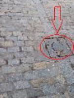 (ver real decreto 173/2010) Los bolardos instalados en las áreas de uso peatonal tendrán una altura situada entre 0,75 y 0,90 m, un ancho o diámetro mínimo de 10 cm y un diseño redondeado y sin aristas. Serán de un color que contraste con el pavimento en toda la pieza o, como mínimo en su tramo superior, asegurando su visibilidad en horas nocturnas. Se ubicarán de forma alineada, y en ningún caso invadirán el itinerario peatonal accesible ni reducirán su anchura en los cruces u otros puntos del recorrido.