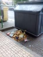 La basura de la deportiva por los suelos en vez de depositarla dentro del contenedor
