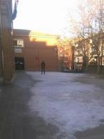 este es el estado de uno de los patios del colegio cervantes,por donde tienen q entrar y jugar los mas pequeños. Es vergonzoso q se permita este estado a mas de 5 dias de la nevada.  Nuestros niños no tienen derecho a salir al patio? quieren enseñarles patinaje sobre hielo?