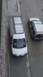 Aňos aparcando y poniendo en peligro a peatones y.vecinos sin que ayto ponga fin a este problema.