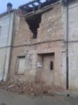 Escombros de peligrosa casa en ruina en Mambrilla de Castrejon al lado de la iglesia que llevan todo un año allí y su responsable es concejal del ayuntamiento.  Buen ejemplo...